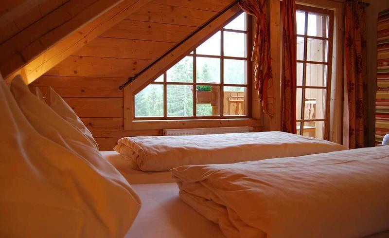 Stilvolle Zimmer aus Altholz im Almhotel Edelweiss