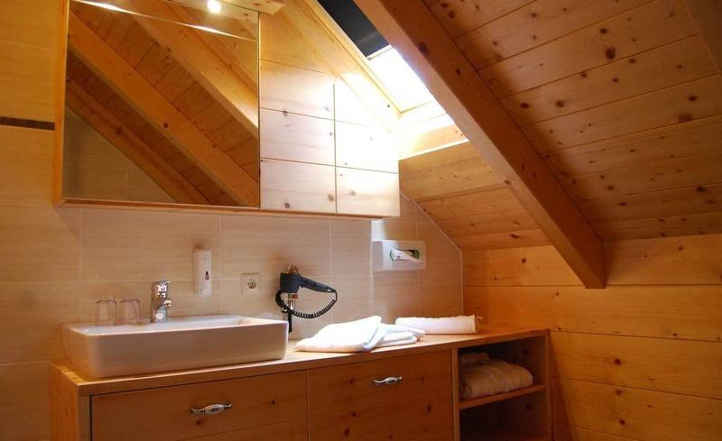 Badezimmer aus Zirbenholz im Almhotel Edelweiss im Almdorf Reiteralm