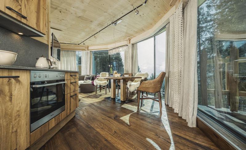 Wohnbereich ausgestattet mit einer topmodernen Küche - Chaleturlaub in Tirol