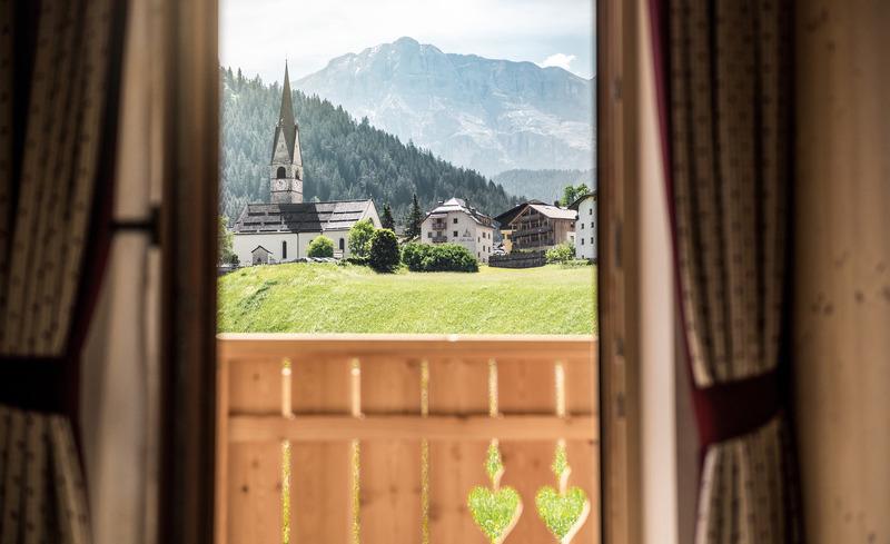 Jedes Chalet verfügt über eine private Sonnenterrasse und einen Balkon- Pradel Dolomites