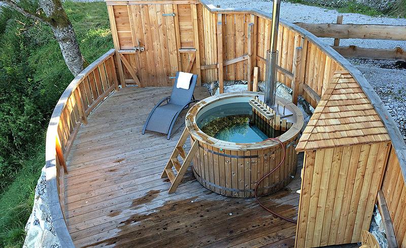 Relaxen Sie auf der Terrasse des CHALET4YOU und nehmen Sie ein entspanntes Bad im Hot Pot