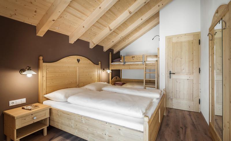 Es erwarten Sie liebevoll-eingerichtete Chalets in alpinem Stil- Romantikurlaub in Südtirol