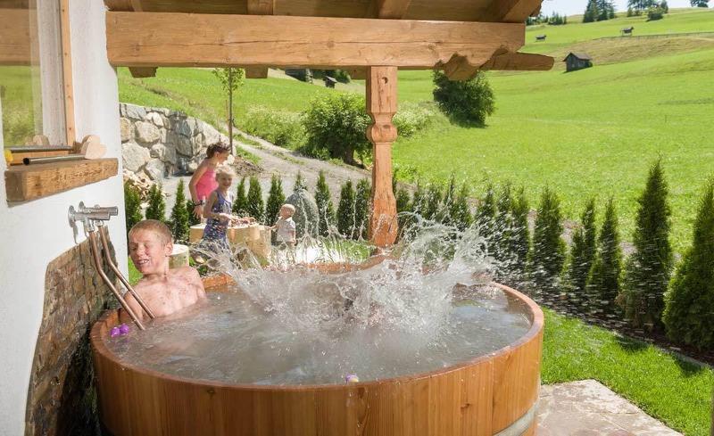 Das Bad im Außenpool weckt Lebensenergie- Luxus in Ihrem privaten Chalet im Hüttendorf Ladizium