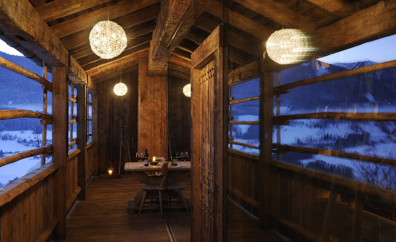 Altholz und Designermöbel sorgen für ein außergewöhnliches Ambiente in den Luxus Chalets