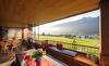 Ein atemberaubendes Panoramafenster findet sich im Wohnbereich des Luxus-Chalets Smaragdjuwel
