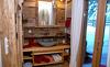 Großräumiges Badezimmer mit eleganten Design in den Chalets Moll