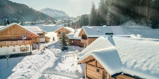 Schneebedecktes Hüttendorf