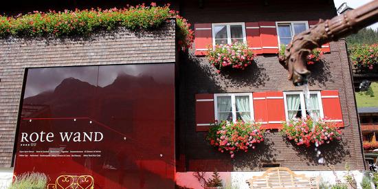 Außenansicht des Alpen Sport Resorts Rote Wand im Sommer