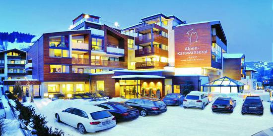 Außenansicht des Design Hotels Alpen-Karawanserai im Winter