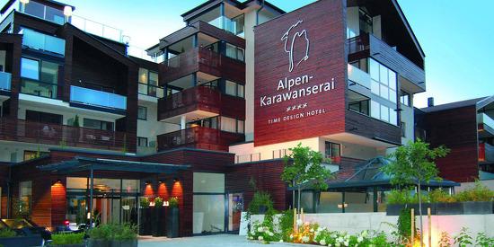 Außenansicht des Alpen-Karawanserai Time Design Hotel in Hinterglemm