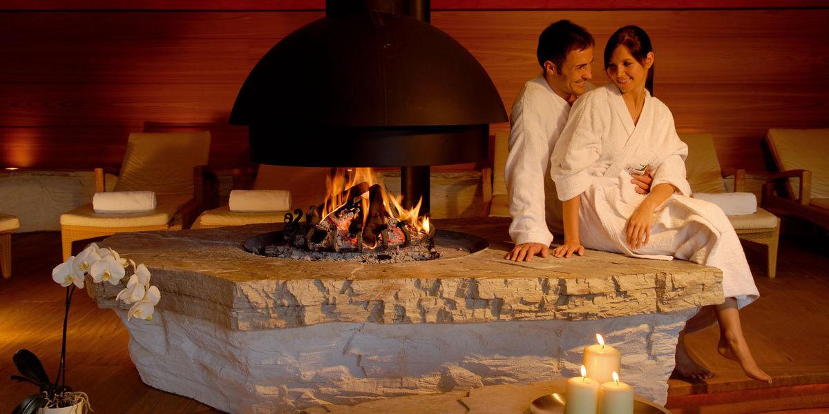 Romantischer Kamin im Spabereich des ADLER Resorts in Italien